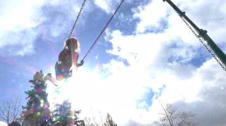 отдыха : Slow motion of happy girl swinging on the playground