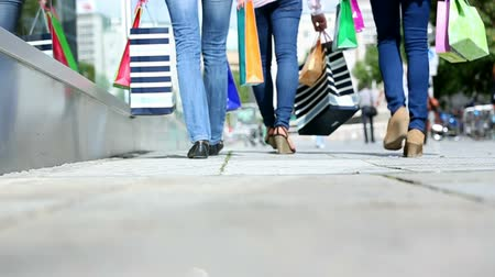 csak a fiatal nők : three young women shopping in town