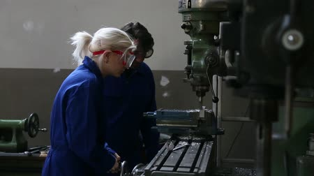zawód : mechanic and apprentice working on milling machine Wideo