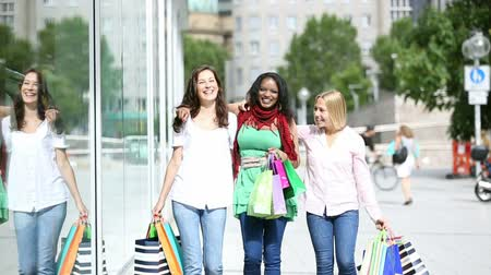 друзья : three young women shopping in town slow motion. multiethnic friends having fun in the city.