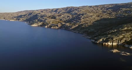 плотина : Aerial footage view of dam Marques da Silva and long lagoon , lagoa comprida, in the mountains of Serra da Estrela, Portugal