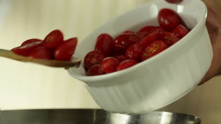 tomates cereja : Chef Pouring Tomato Cherry on a Hot Pan