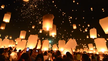 yeepeng : CHIANGMAI, THAILAND - OCTOBER 25 : Unidentified people release floating lamp in Tudongkasatarn on October 25, 2014, CHIANGMAI, THAILAND.Tudongkasatarn is place which sky lanterns ceremony take place every year. Stock Footage
