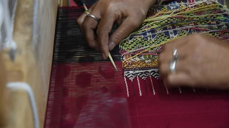 древний : Hands of woman weaving sarong Teenjok Traditional Cotton Woven  in Mae Chaem District Chiang Mai Thailand. Стоковые видеозаписи