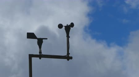 barometr : Anemometer or Wind Meter vane spinning in loop with moving clouds in background. Wideo
