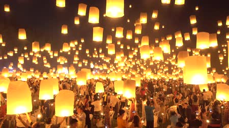 peng : Floating lanterns on sky in Loy Krathong Festival or Yee Peng Festival , traditional Lanna Buddhist ceremony in Chiang Mai, Thailand Stock Footage