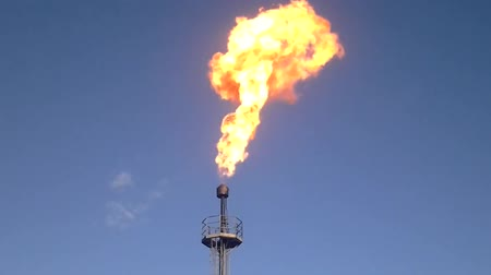 yok etme : Gas flaring in the oil field, Flaring of gas on a flare.
