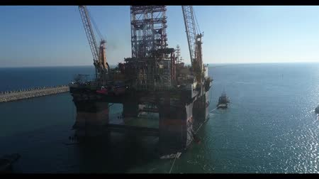 tersane : Drilling platform in the port. Towing of the oil platform.