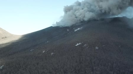 volkanik : Smoke from the mouth of the volcano. Eruption. Clubs of smoke and ash in the atmosphere. Stok Video