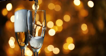 kabarcıklı : Champagne is poured into glasses against the background of New Year s garland.