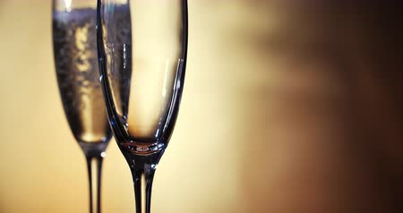 kabarcıklı : Champagne is poured into the glasses. Slow motion. 4K. Stok Video