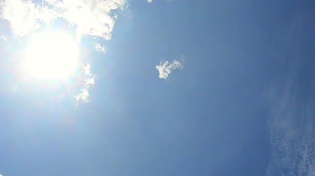 time lapse of Beautiful white clouds ,clouds and sunshine and blue sky  , Video footage . Vídeos
