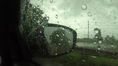 podmínky : video footage ,Driving on a rainy highway,  Rain on windshield.inside the car .