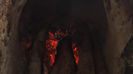 popel : video footage firewood and fire ,bright flame in the fireplace . Dostupné videozáznamy