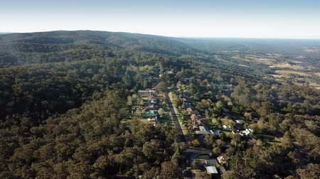 casas : Aerial view over Bowen Mountain village with Kurrajong farmland and Blue Mountains foothills