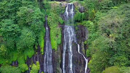penhasco : Banyumala Twin Waterfall. Bali. Indonesia. Vídeos
