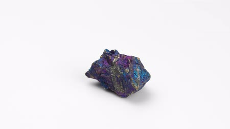 minério : Mineral chalcopyrite on a white background. Rotation Copper pyrite.