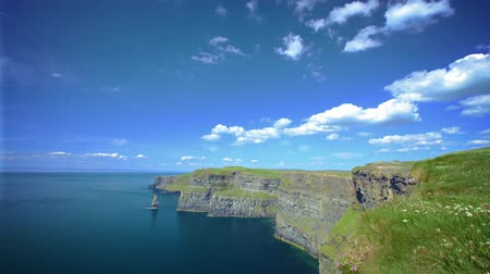 nagylátószögű : Cliffs of Moher, Ireland - timelapse of clouds on blue sky Stock mozgókép