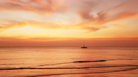 horizont : Sailing boat on a background of a beautiful sunset