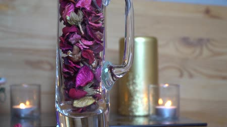 luz de velas : Decorative dry rose leaf slow motion fall down into the glass