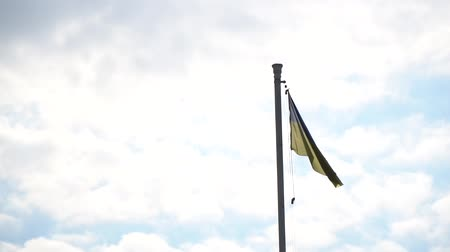 mastro de bandeira : Flag of Ukraine. against blue sky, flag installed on flagpole in Kyiv
