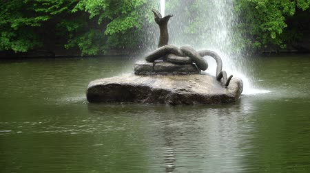 eau : Fountain in form of snake with open mouth