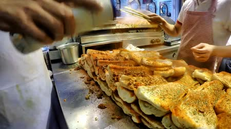 bowels : ISTANBUL, TURKEY- MAY 29 2015: Cook preparing Turkish Kokorec lamb intestine food sandwich. Kukurec is a dish of the Balkans and Anatolia consisting mainly of lamb or goat intestines. Stock Footage