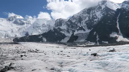 крайняя местности : Belukha Mountain and Akkem glacier scenic view. Morain covered with ice. Altai Mountains, Russia