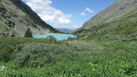 кемпинг : Akchan turquoise lake scenic view. Altai mountains.