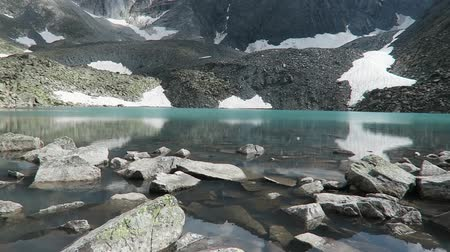 altay : Upper Akchan lake. Turquoise blue mountain lake. Altai mountains, Siberia, Russia Stok Video