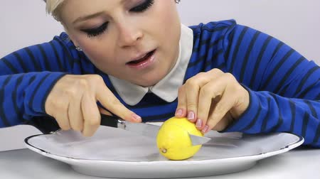 citrón : Woman Eating Lemon