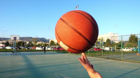 отскок : Basketball Spinning on Finger in Open Area