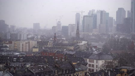 lluvioso : Frankfurt Alemania Maine River y Business Towers en Snowy Day