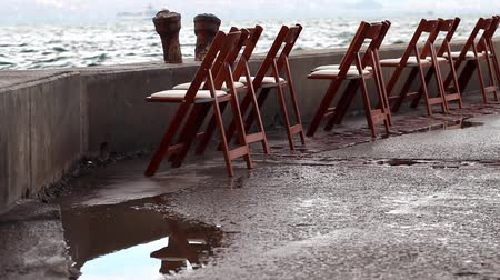 к юго западу : Chairs near the seaside