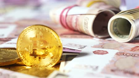 бумажник : golden coins of valuable resource bitcoin used as virtual currency against real banknotes rolls