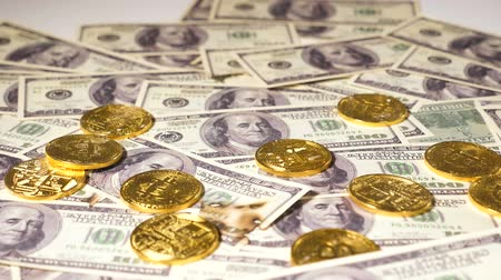 vantagem : golden coins on dollars banknotes belong to virtual cryptocurrency bitcoin becoming popular all over world