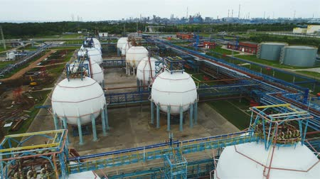 localização : aerial view white petrochemical reservoirs located on industrial factory Stock Footage