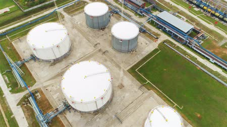 petrolkémiai : aerial view large white round reservoirs with blue pipelines among green lawns at gas and oil refinery plant