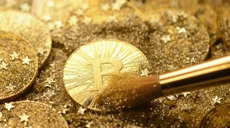 бумажник : macro fantastic popular bitcoin real model cleared from golden sand and sparkles brightly among coin pile Стоковые видеозаписи