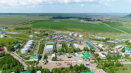 intézmény : tranquil aerial view modern gas and oil refinery plant area with workshops and rounds against meadow Stock mozgókép