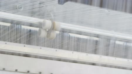 внешний : loom weaves material from fiber to stabilize pipes Стоковые видеозаписи