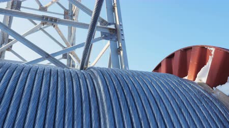pilon : wire rope uncoils from big bobbin against clear sky