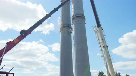 watt : worker controls pipe shape tower installation with car cranes Stok Video