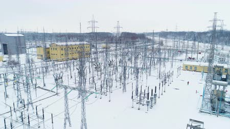 опасность : insulators isolate wires from supporting structures at station