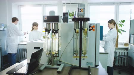 ученый : chemists conducts test with chemical liquid in flasks