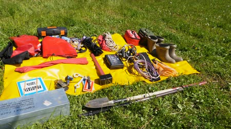 кабель : slow motion electrical tools outfit put on orange mat against grass Стоковые видеозаписи
