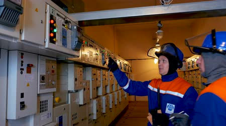 внимательный : technicians control operating transmission equipment