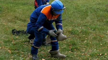 lineman : man puts on rubber boots and runs away at training