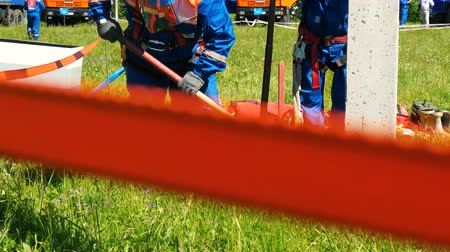 утилита : employees fix pole for transmission lines on field at competitions Стоковые видеозаписи
