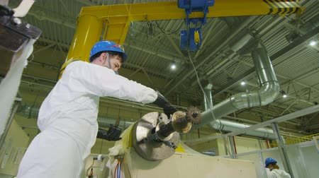 eixo : technician checks lubricating quality of machine rotating shaft at plant